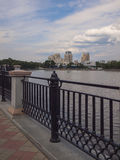 Damm des Flusses Iset Jekaterinburg-Stadt Swerdlowsk-Ausrichtung stockbild