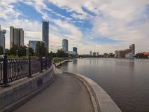 Damm des Flusses Iset Jekaterinburg-Stadt Swerdlowsk-Ausrichtung lizenzfreie stockfotos