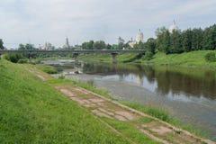 Damm des Flusses Tvertsa Stockfotos