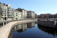 Damm des Flusses von Karpovka, St Petersburg Stockbilder