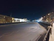 Damm des Flusses am Winterabend lizenzfreie stockbilder