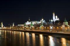 Damm des Moskaus der Kreml nachts. Iwan die große Bell T Stockfotografie