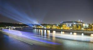 Damm des Moskva-Flusses und des Luzhniki-Stadions, Nachtansicht, Moskau, Russland Lizenzfreies Stockfoto