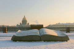 Damm des Neva River- und St.-Isaac ` s Kathedrale am Winter Lizenzfreies Stockfoto