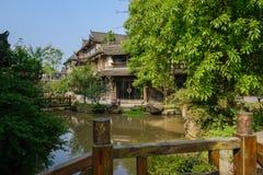Damm för kinesiska traditionella byggnader i solig sommarmornin Arkivbild