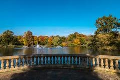 Damm med springbrunnar i parkera arkivfoton