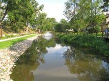 Damm med springbrunnen i Kuldīga. Lettland royaltyfria foton
