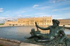 Damm med statyn och slotten Versailles Arkivbilder
