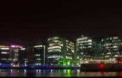Damm mit Bürogebäuden nachts, London, England Stockfotografie