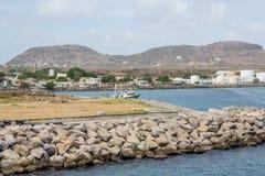 Damm mit Behälter auf Küste Stockfoto