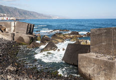Damm mit defekten Steinen Stockfotografie