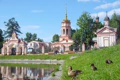 damm nära kloster i Moskva Arkivbild