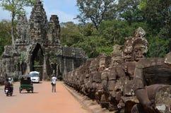Damm nach Angkor Thom Lizenzfreie Stockbilder