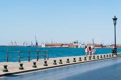 Damm nahe dem Frachthafen, ein Weg durch den Hafen lizenzfreies stockfoto