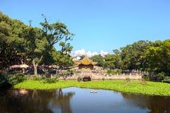 Damm och paviljong utanför den Puji templet på den buddistiska ön av Putuoshan, Kina royaltyfria bilder