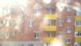 Damm- och regndroppar på exponeringsglas Cleanign husbegreppet solig dag 4K