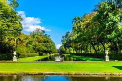 Damm och sjöar i parkerar den omgeende slotten De Haar arkivfoton