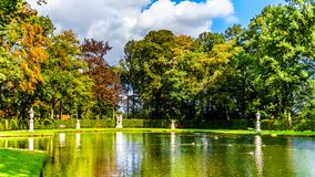 Damm och sjöar i parkerar den omgeende slotten De Haar royaltyfri bild