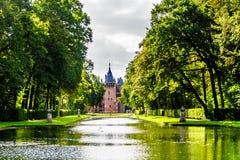 Damm och sjöar i parkerar den omgeende slotten De Haar royaltyfria foton