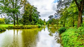 Damm och sjöar i parkerar den omgeende slotten De Haar royaltyfri fotografi