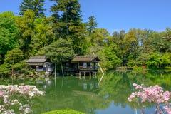 Damm och tehus i en japansk trädgård i Kanazawa, Japan Fotografering för Bildbyråer