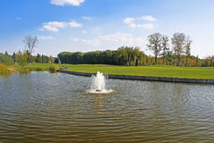 Damm på golffältet i Mezhyhirya - tidigare privat uppehåll av före detta-presidenten Yanukovich Arkivbilder