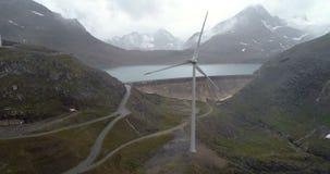 Damm- und Windkraftanlagerückseite fliegen - Luft-4K stock video