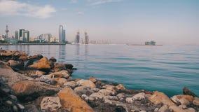 Damm von Baku, Aserbaidschan Das Kaspische Meer, die Steine und die Wolkenkratzer stock video