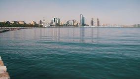 Damm von Baku, Aserbaidschan Das Kaspische Meer und die Wolkenkratzer stock footage