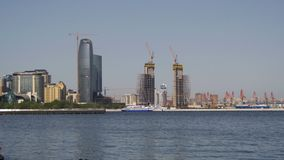 Damm von Baku, Aserbaidschan Das Kaspische Meer und die Wolkenkratzer stock video footage