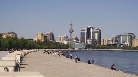 Damm von Baku, Aserbaidschan Leute-Weg entlang dem Damm nahe dem Kaspischen Meer stock footage