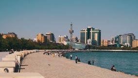 Damm von Baku, Aserbaidschan Leute-Weg entlang dem Damm nahe dem Kaspischen Meer stock video