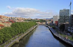 Damm von Fluss Nervion in der Stadt Bilbao lizenzfreie stockbilder