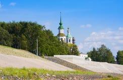 Damm von Fluss Suhona und von Kirche von St. Nicolas im Sommer Veliky Ustyug Russische Föderation stockfoto