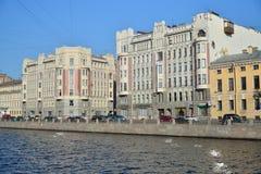 Damm von Fontanka-Fluss 86-88, an der Kreuzung von Borod Stockfotos