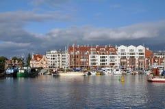 Damm von Gdansk mit Booten, Yachten und modernen blockierten Gebäuden Lizenzfreie Stockfotografie