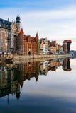 Damm von Motlawa-Fluss mit Reflexion auf Wasser, Gdansk Stockfotografie