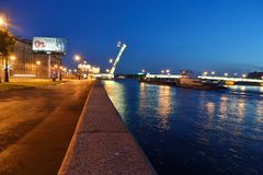 Damm von Neva Fluss nachts Stockbilder