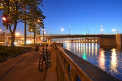 Damm von Neva Fluss nachts Lizenzfreies Stockfoto