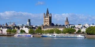 Damm von Rhein-Fluss in Köln, Deutschland Stockfotos