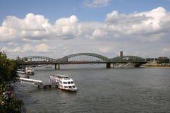 Damm von Rhein-Fluss in Köln, Deutschland Stockbilder