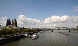 Damm von Rhein-Fluss in Köln, Deutschland Lizenzfreie Stockfotografie