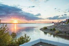 Damm von Tomsk-Stadt im Sommer Russland stockfotografie