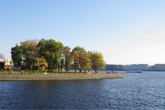 Damm von Zayachy-Insel, StPetersburg, Russland Lizenzfreie Stockbilder