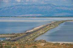 Damm zur Antilopen-Insel Lizenzfreie Stockfotos