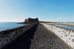 Damm zur kleinen Insel Englisch Lizenzfreie Stockfotografie