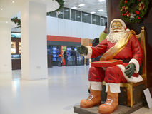 Dammamkoning Fahd International Airport. Standbeeld van Santa Claus-cl Stock Afbeelding