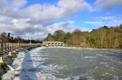 Dammbyggnad och lås på en flod royaltyfri fotografi