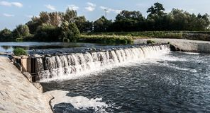 Dammbyggnad på den Olse floden i den Karvina staden i Tjeckien arkivfoto