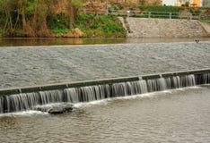 Dammbyggnad på floden Arkivfoto